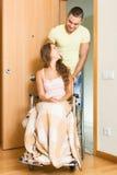 Укомплектуйте личным составом и его жена в кресло-коляске на двери Стоковые Фотографии RF
