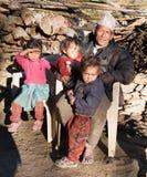 Укомплектуйте личным составом и 3 дет в деревне Sim, западном Непале Стоковые Фото