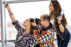 Укомплектуйте личным составом и женщина 2 держа пасспорт с билетами и картой и сфотографировал европейцы Собранный в экскурсии Стоковое Изображение RF