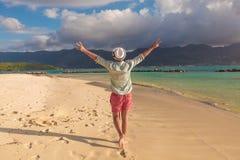 Укомплектуйте личным составом идти на пляж и отпразднуйте его радостную жизнь стоковая фотография rf