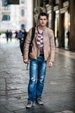 Укомплектуйте личным составом идти на улицу города с сумкой Стоковые Изображения