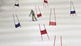 Укомплектуйте личным составом катание на лыжах в jn Окленде Новой Зеландии планеты снега сток-видео