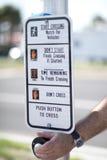 Укомплектуйте личным составом кнопку на сигнале crosswalk на пересечении Стоковое фото RF