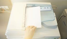 Укомплектуйте личным составом копируя бумагу от солнечного света фотокопировального устройства от окна Стоковые Фотографии RF