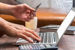 Укомплектуйте личным составом кредитную карточку пользы для того чтобы купить продукт на компьтер-книжке Стоковое Изображение RF