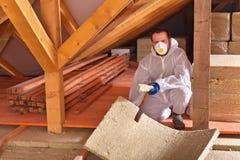 Укомплектуйте личным составом класть панели термоизоляции в новом доме Стоковая Фотография RF