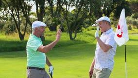 Укомплектуйте личным составом максимум fiving его друг после установки его шара для игры в гольф видеоматериал