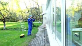 Укомплектуйте личным составом моя охраняющее окно при струя воды отражая на стекле фокус сток-видео