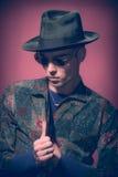 Укомплектуйте личным составом модель, смотря вниз, фотография моды шляпы стоковые изображения