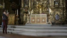 Укомплектуйте личным составом молить на пышном алтаре в церков Порту, Португалии акции видеоматериалы