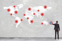 Укомплектуйте личным составом нажимать кнопку старта для соединять мир стоковые изображения rf