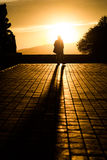 Укомплектуйте личным составом наслаждаться заходом солнца на замке Montjuic в Барселоне Испании Стоковое Изображение