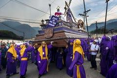 Укомплектуйте личным составом нося фиолетовые робы, нося anda поплавка во время торжеств пасхи, в святой неделе, в Антигуе, Гвате Стоковые Изображения