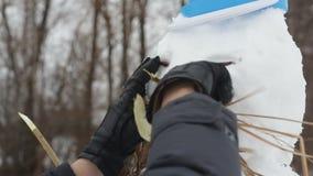 Укомплектуйте личным составом нося черные перчатки и сделайте усики для снеговика акции видеоматериалы