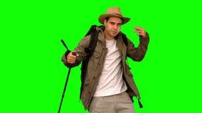 Укомплектуйте личным составом обтирать его лоб пока он trekking на зеленом экране сток-видео