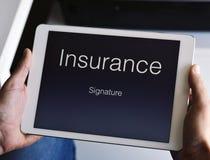 Укомплектуйте личным составом около для подписания полиса страхования стоковые фотографии rf