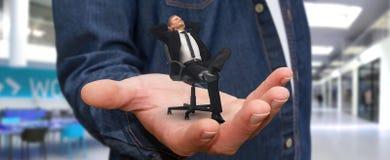 Укомплектуйте личным составом ослаблять на его стуле на офисе Стоковое Фото