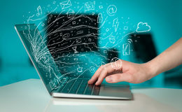 Укомплектуйте личным составом отжимать портативный компьютер тетради с sym облака значка doodle Стоковые Фото