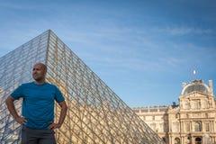 Укомплектуйте личным составом доли восторг от посещения к жалюзи в Париже стоковая фотография rf
