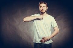 Укомплектуйте личным составом парня в пустой рубашке с пустым космосом экземпляра Стоковое Изображение RF