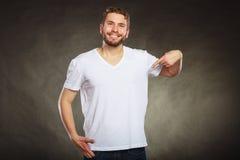Укомплектуйте личным составом парня в пустой рубашке с указывать космоса экземпляра Стоковая Фотография