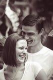 Укомплектуйте личным составом пар женщины обнимая среди зеленых заводов деревьев Стоковые Фотографии RF
