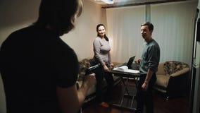 Укомплектуйте личным составом пар друзей мистификаций, указывая оружие на их в живущей комнате акции видеоматериалы