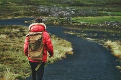 Укомплектуйте личным составом перемещение на следе в горах Стоковая Фотография RF