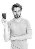 Укомплектуйте личным составом питье от на вынос чашки кофе или чая Стоковая Фотография RF