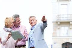 Укомплектуйте личным составом показывать направление к парам с дорожной картой в городе Стоковые Фото