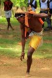 Укомплектуйте личным составом показывать традиционный танец в Мадагаскаре, Африке Стоковая Фотография