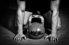 Укомплектуйте личным составом подготавливать для тренировки колокола чайника в спортзале Стоковая Фотография RF