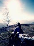 Укомплектуйте личным составом положение вниз и принимающ фото камерой зеркала на шеи Пик Snowy скалистый горы Стоковые Изображения