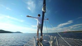Укомплектуйте личным составом положение на смычке парусника на Средиземном море видеоматериал