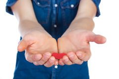 Укомплектуйте личным составом положение с красным сердцем в руках, изолированных на белой предпосылке стоковая фотография