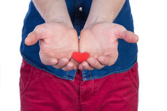 Укомплектуйте личным составом положение с красным сердцем в руках, изолированных на белой предпосылке стоковое фото rf