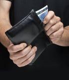 Укомплектуйте личным составом получать счет евро 20 из бумажника Стоковое Изображение RF