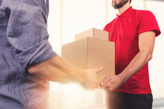 Укомплектуйте личным составом признавать поставку коробок от курьера обслуживания поставки Стоковое Фото