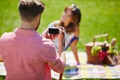 Укомплектуйте личным составом принимать фото красивой девушки Стоковое Изображение