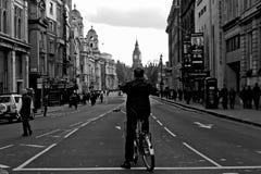 Укомплектуйте личным составом принимать og изображения большой ben в Лондоне стоковое изображение
