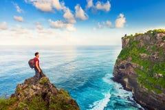 Укомплектуйте личным составом природу приветствию на верхней части горы Стоковое Изображение