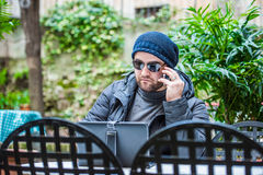 Укомплектуйте личным составом проверять социальные средства массовой информации на его солнечных очках таблетки нося стоковое фото