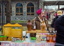 Укомплектуйте личным составом продавать мед на торжестве Shrovetide в Zaporizhia Стоковые Фото