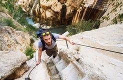 Укомплектуйте личным составом путешественника взбираясь вверх шагнутая дорога горы Испания Стоковое фото RF