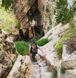 Укомплектуйте личным составом путешественника взбираясь вверх шагнутая дорога горы Стоковая Фотография RF
