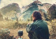 Укомплектуйте личным составом путешественника ослабляя и варя с touristic чайником Стоковое Фото