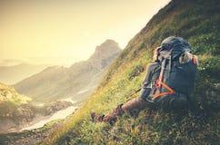 Укомплектуйте личным составом путешественника с концепцией образа жизни перемещения большого рюкзака расслабляющей Стоковое Изображение