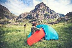 Укомплектуйте личным составом путешественника с располагаясь лагерем образом жизни перемещения циновки и шатра оборудования внешн Стоковое Фото