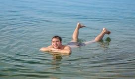 Укомплектуйте личным составом плавать в мертвое море, Джордан Стоковые Фото