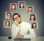 Укомплектуйте личным составом работу на интересовать компьютера которой женщине он любит большая часть Стоковые Изображения RF
